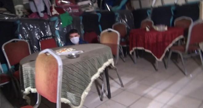 Masanın altında saklanırken yakalandı