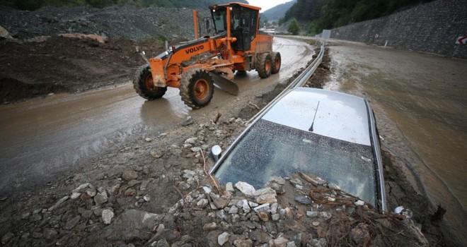 Yağış nedeniyle kapanan yollardaki çalışmalar sürüyor