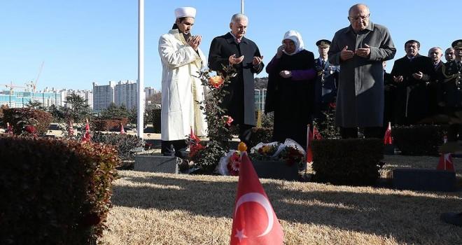 Başbakan Yıldırım Kore Türk Şehitliği'ni ziyaret etti