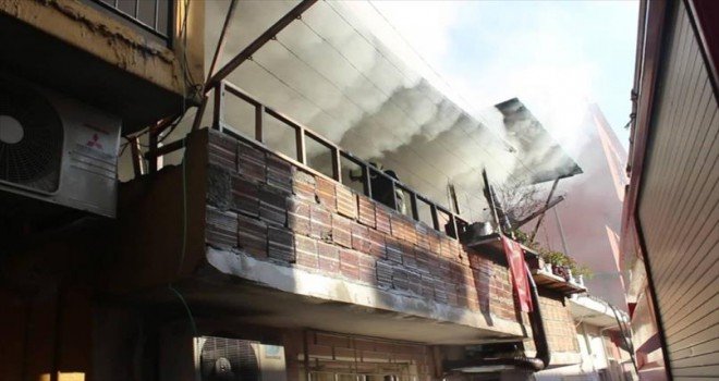 Yangında mahsur kalan çifti itfaiye kurtardı