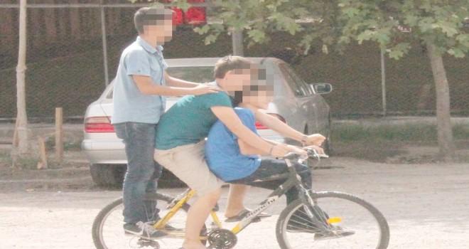Bir bisiklette 3 kişi