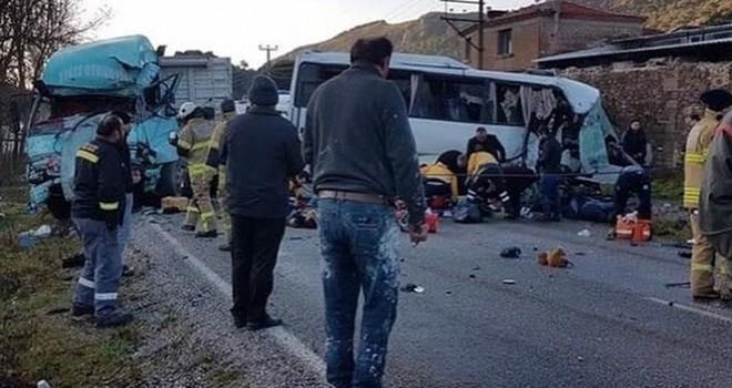işçi servisi ile kamyon çarpıştı: 4 ölü, 8 yaralı