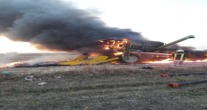 Konyada mısır hasadı yapan biçerdöverde yangın