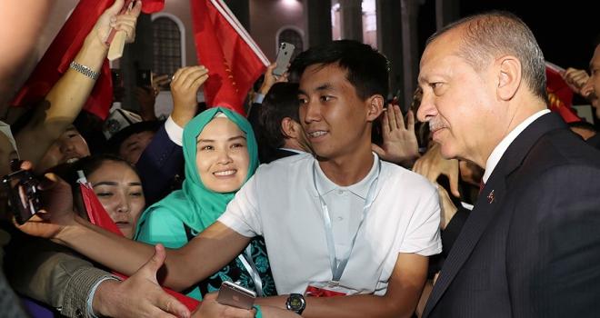 Cumhurbaşkanı Erdoğana Kırgızistanda yoğun sevgi gösterisi