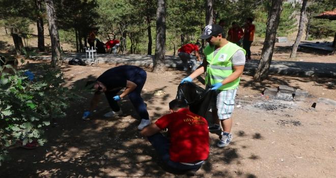 Piknikçiler kirletti taraftarlar temizledi