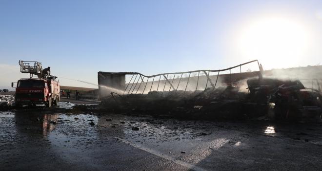 GÜNCELLEME  Kimyasal madde yüklü tankere çarpan tır yandı: 1 ölü