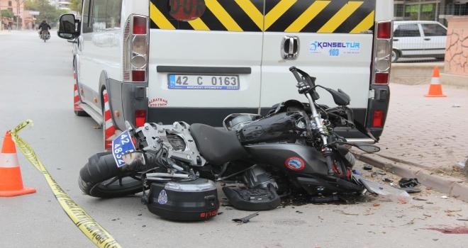 Motosikletli polisler şüpheli kovalarken ağaca çarptı