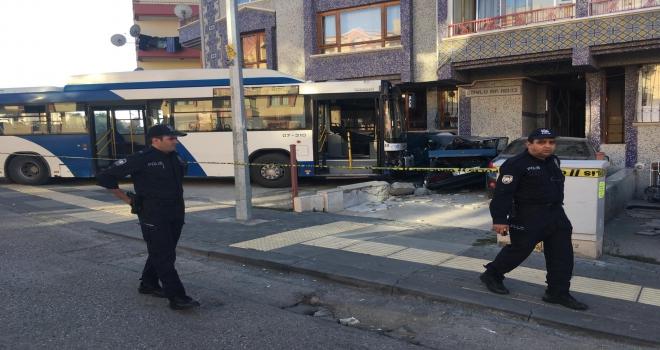 Başkentte otobüs otomobillere çarptı