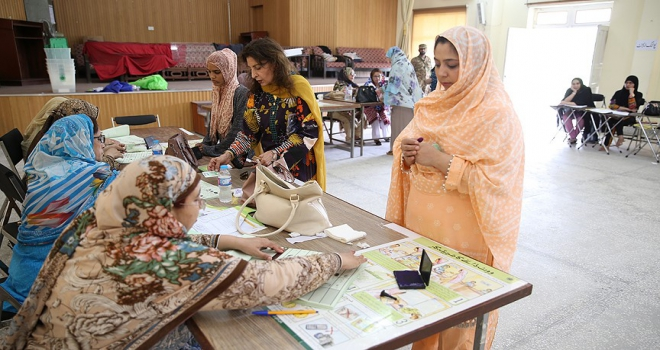 Pakistanda ara seçimler için halk sandık başında