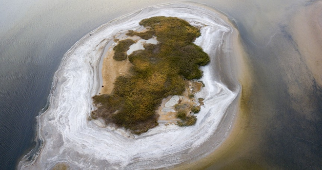 Göl suları çekilince adacık ortaya çıktı