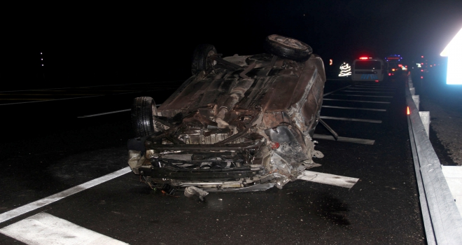 Bariyerlere çarpan otomobil devrildi: 1 ölü, 1 yaralı