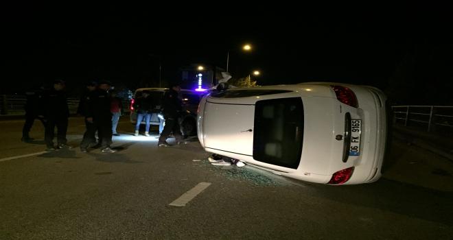 Devrilen araçta sıkışan sürücü kurtarıldı