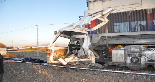 Tren hemzemin geçitte minibüse çarptı: 2 ölü