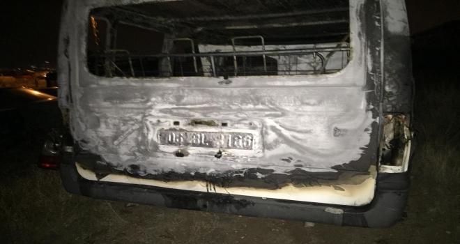 Öğrenci servisi ile çarpışan minibüs alev aldı: 4 yaralı