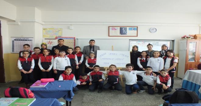 Sivasta öğrenciler aileleriyle şiir okuyor
