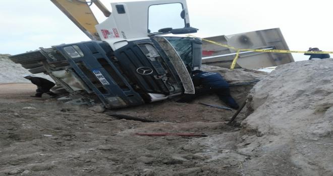 Ankarada hafriyat kamyonu devrildi: 1 ölü, 1 yaralı