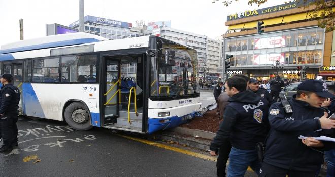 Ankarada belediye otobüsü yayalara çarptı
