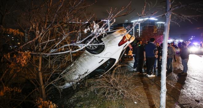 Başkentte otomobilin çarptığı araç devrildi