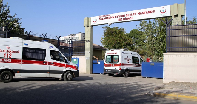 Diyarbakırda terör saldırısında yaralanan polis şehit oldu