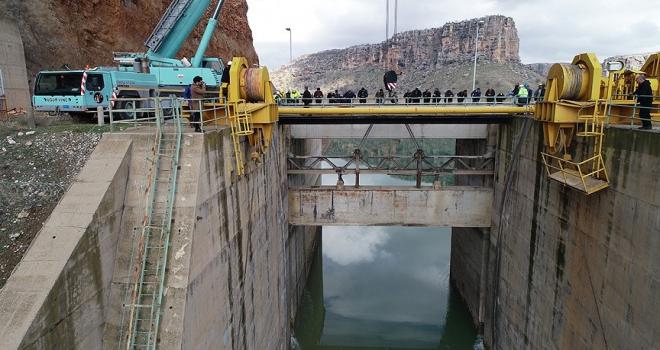 Dicle Barajında kopan kapağın montajına başlandı
