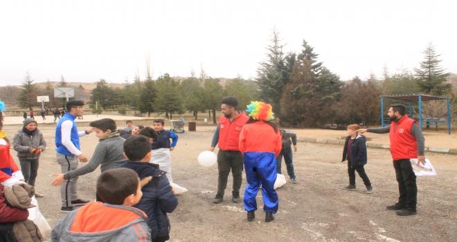 Gençlik Merkezinden köy okulu öğrencilerine eğlence programı