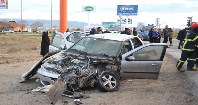 Yolcu otobüsü ile otomobil çarpıştı: 3 yaralı