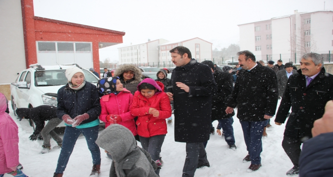 Vali çocuklarla kar topu oynadı