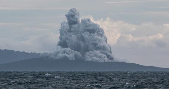 Endonezyadaki yanardağ patladıkça küçülüyor