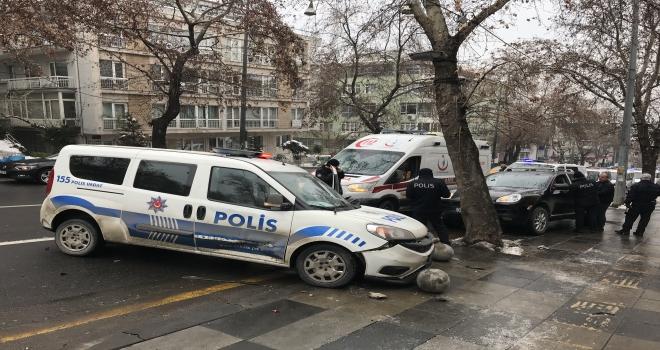 Hatalı park edilen otomobile polis aracı çarptı: 2 yaralı
