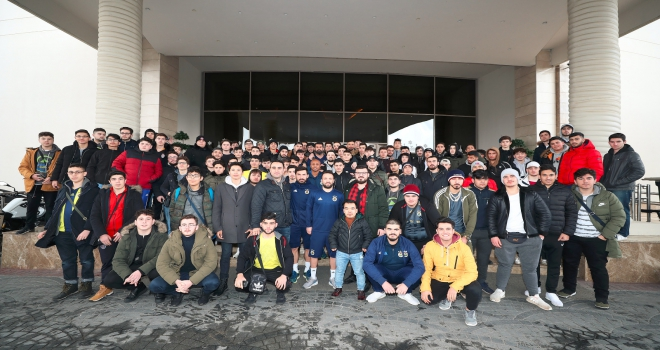 Yurt dışında yaşayan gençler Fenerbahçeli futbolcularla buluştu