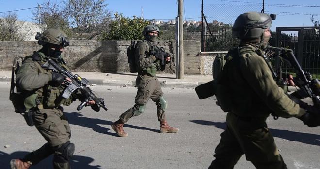 İsrail askerleri yaraladıkları Filistinli kadını gözaltına aldı
