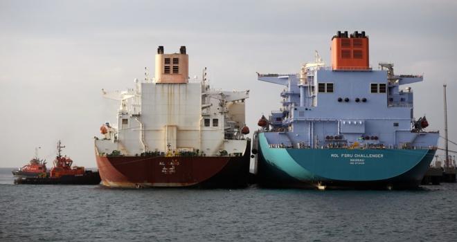 İki dev gemi arasında LNG transferi