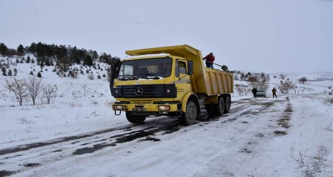Vali Sezerden karla mücadele ekiplerine tatlı ikramı