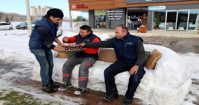 Kardan kanepe yapıp üstünde çay içtiler