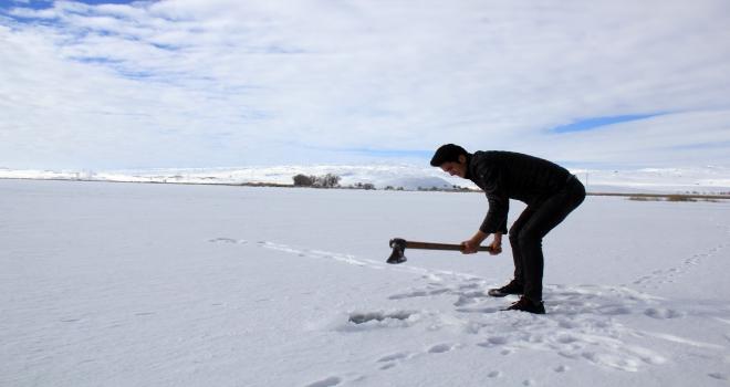 Hafik Gölünde buz kalınlığı 13 santimetre