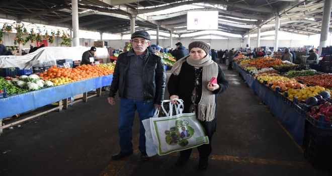 Pazar alışverişi yapanlara bez çanta dağıtıldı