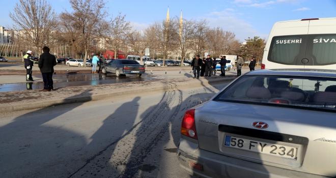 Park halindeki otomobil alev alıp hareket etti: 1 yaralı