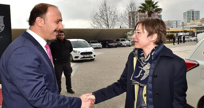 Suriyelilere yönelik misafirperverliğiyle Türkiye herkese örnektir