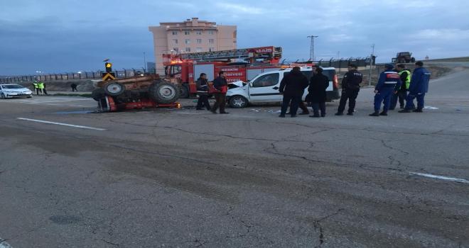 Hafif ticari araçla traktör çarpıştı: 3 yaralı