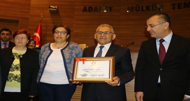 Kayseri Büyükşehir Belediye Başkanı Büyükkılıç, mazbatasını aldı