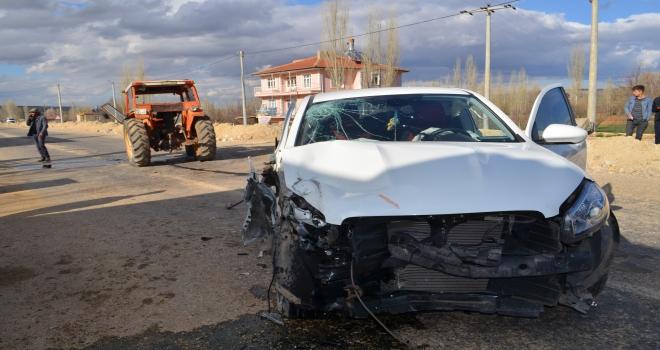 Konyada traktör ile hafif ticari araç çarpıştı: 5 yaralı
