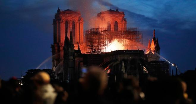 Pariste Notre Dame Katedralinde yangın