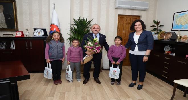 Başkan Esen koltuğunu çocuklara devretti