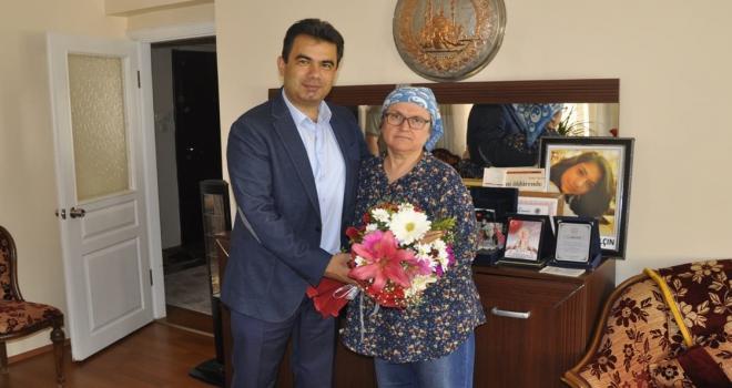 Şehit öğretmenin annesine Anneler Günü ziyareti