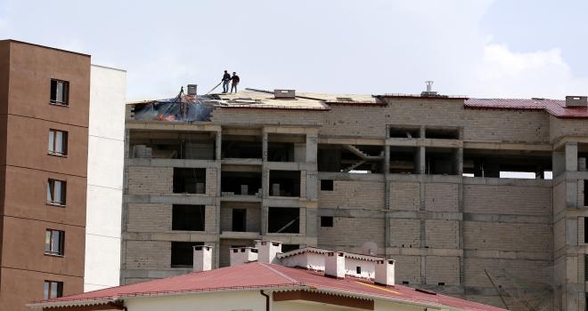 İnşaatın çatısı yandı