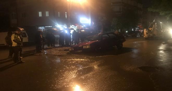 Sivasta yol çöktü, otomobil çukura düştü