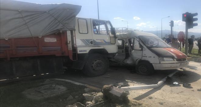 Konyada minibüs ile kamyon çarpıştı: 13 yaralı