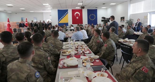 Cumhurbaşkanı Erdoğan Butmirdeki Türk askerlerini ziyaret etti