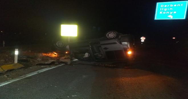 Beyşehirde hafif ticari araç devrildi: 3 yaralı