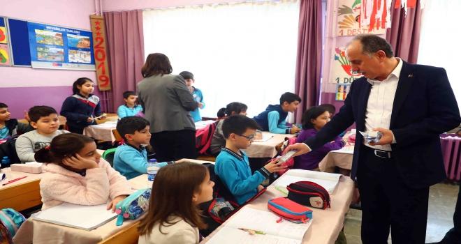 Bağcılar Belediyesi, ilkokul öğrencilerine diş macunu ve fırçası dağıttı